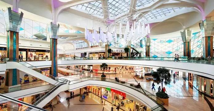 Innenraum der Mall: Blick vom obersten Stockwerk auf die Läden in den unteren Etagen.