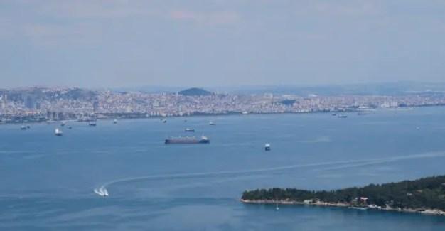 Ausblick von einer 250 Meter hohen Insel auf die asiatische Seite von Istanbul und das dazwischen liegende Marmarameer mit vielen Schiffen und Booten.