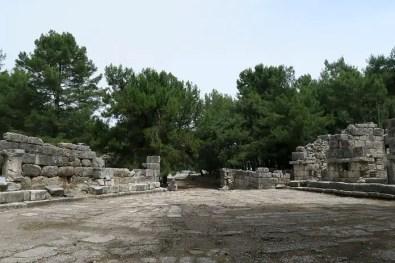 Ein Platz in den Ruinen von Phaselis mit Blick auf die dorthin führende Straße