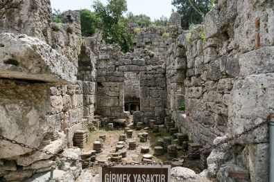 Blick auf die auf drei Seiten noch vorhandenen Mauern einer Theme in Phaselis