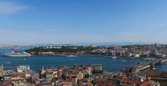 Skyline des Stadtteil Sultanahmet. Aufgenommen vom Galata Turm. Es ist die Hagia Sophia, Hagia Irene, Topkapi Palast und die Blaue Moschee auf dem Bild zu sehen. Im Vordergrund ist das Goldene Horn und im Hintergrund das Marmarameer. Auf der rechten Seite des Bildes ist der Bosporus.