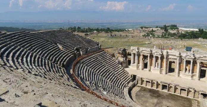 Blick von der obersten Tribüne des Amphitheaters in Pamukkale auf die Ruinen von Hierapolis und die Kalkterrassen.