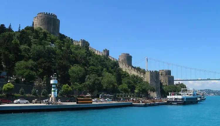 Blick von einer Bosporusfähre auf die Rumelische Festung und die Bosporusbrücke.