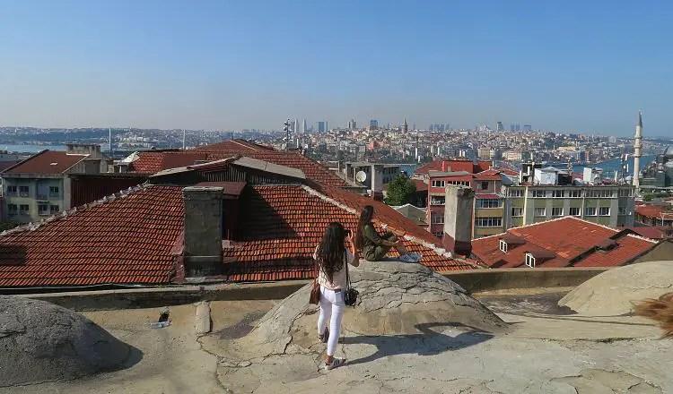 Zwei Mädchen machen gerade Selfies auf dem Dach mit einem wahnsinnigen Ausblick auf Istanbul.