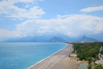 Strand und Hotels am Konyaaltistrand in Antalya, Türkei.