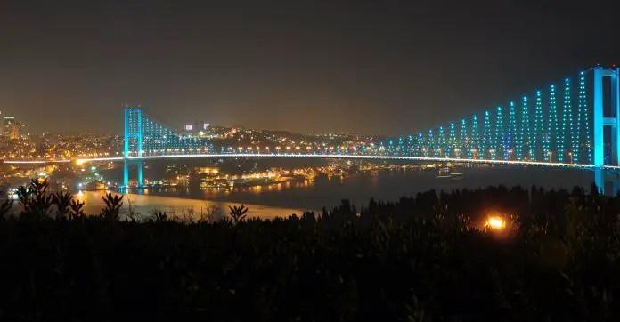 Aufnahme des Bosporus-Hängebrücke in der Nacht. Die Brücke und die Stadt Istanbul ist hell erleichtet zu sehen.