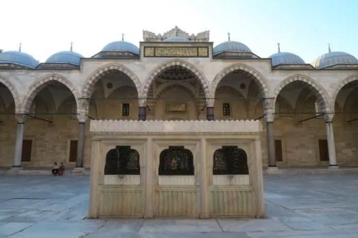Blick vom Eingangstor auf den Innenhof der Süleymaniye Moschee in Istanbul