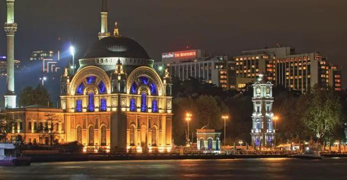 Aufnahme der Dolmabahce Moschee vom Bosporus. Die Moschee ist mit Lampen hell erleuchtet.