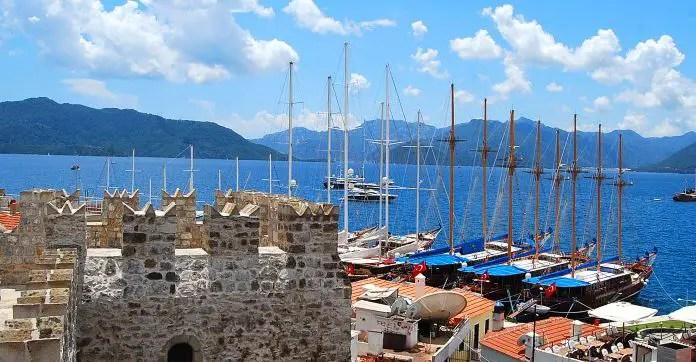 Blick auf den Hafen von Marmaris von der Burg. Dahinter ist die Bucht von Marmaris zu sehen.