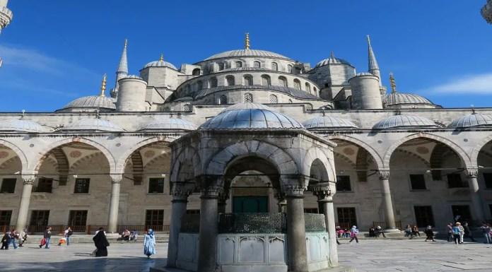 Der Haupteingang der Blauen Moschee in Istanbul. Mit den Arkadenhof und den Minaretten. Der Hof ist in grauer Farbe gehalten.