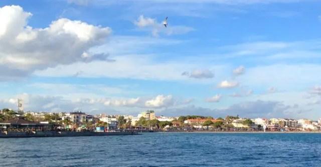 Die Küste des Badeort Didim an der türkischen Südküste. Es ist ein Teil des Strand von Didim zu sehen.