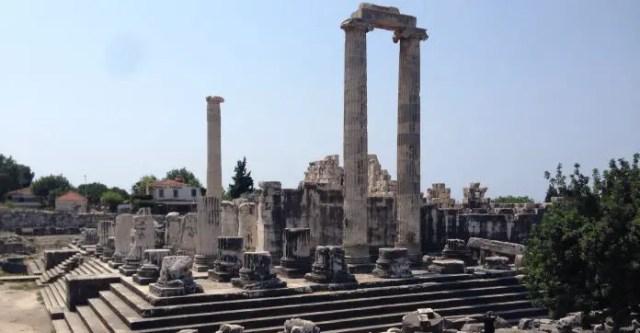 Treppen und Säulen des Apollon Tempel, in grau-weißer Farbe. Sie sind aus Marmor gebaut worden.