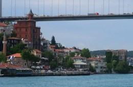 Die aus Holz gebauten Villen am Bosporusufer unter der zweiten Bosporusbrücke und ein Hostel.