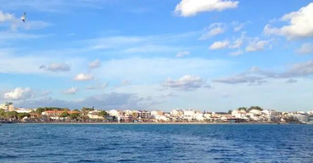 Der Strand in Didim, aufgenommen von einem Schiff am Meer.