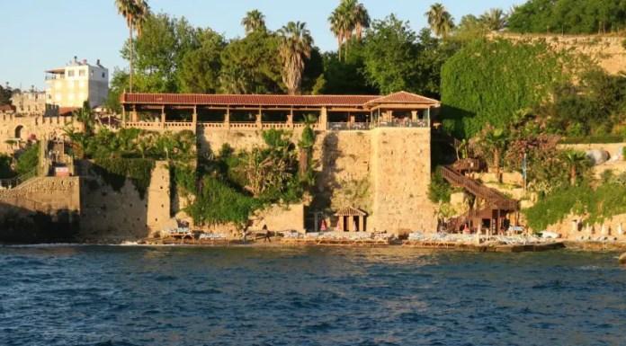 Der Mermerli Strand an den Hafenmauern von Antalya, in der Türkei. Aufgenommen am Abend zur Goldenen Stunde.