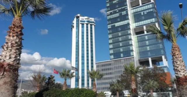 Palmen und zwei Hochhäuser in der Innenstadt.