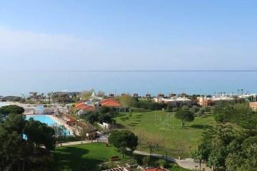 Park eines exklusiven 5 Sterne Hotel in Belek in der Türkei mit Blick auf das Meer, den Strand und den Pool.