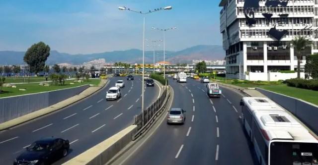 Eine mehrspurige Schnellstraße auf der Autos und ein Bus zu sehen sind.