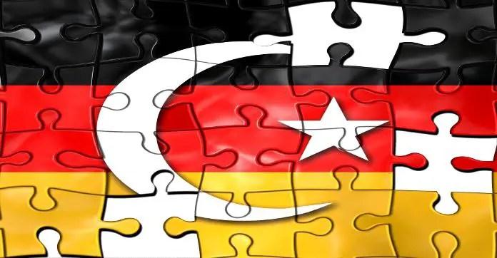 Schwarz Rot Goldene Flagge Deutschlands Mit Dem Halbmond Der Turkei