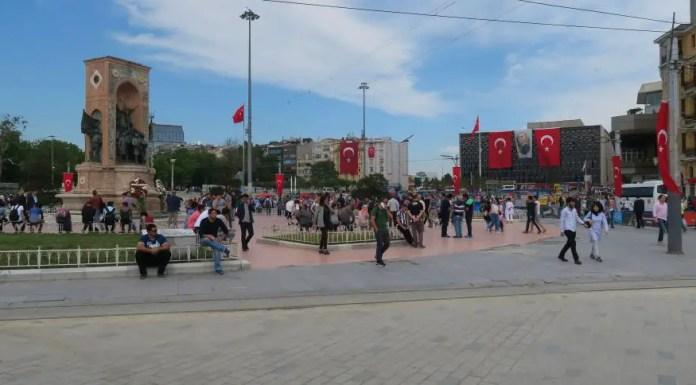 Blick auf den belebten Taksim Platz in Istanbul mit dem Atatürk Denkmal in der Mitte.