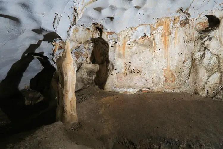 Die Wand ist drei Meter hoch gelblich gefärbt, bis zu dem Punkt stand die Karain Höhle unter Wasser.