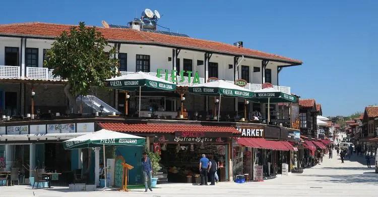 Ein Restaurant und eine Bar an der Haupstraße durch die Altstadt von Side.
