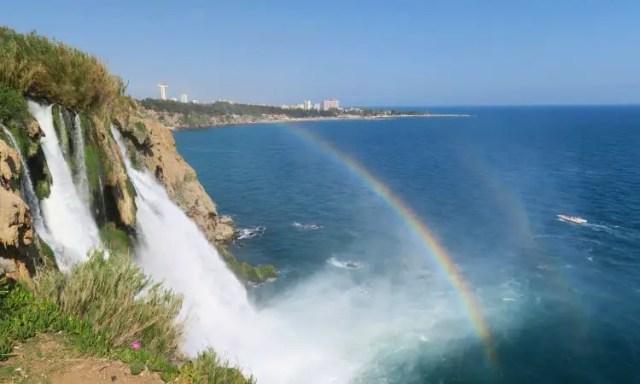 Ein Regenbogen am 40m hohen Düden Wasserfall in Antalya-Lara.