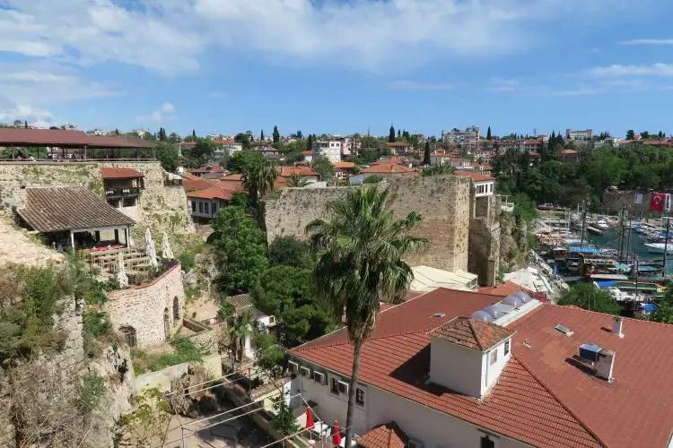Die Hafenmauern in Antalyas Innenstadt in der Türkei.
