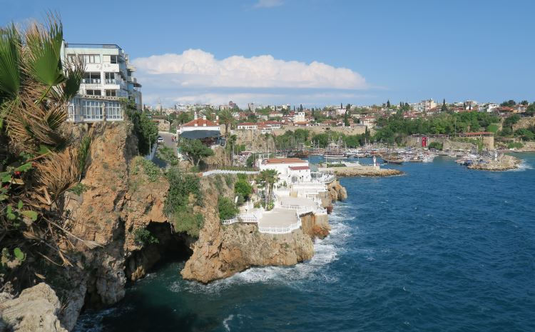 Der Blick auf die 40m hohen Klippen am Hafen von Antalya mit einer Grotte auf Meeresniveau.