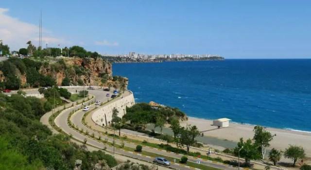 Der Blick auf den Konyaalti Strand, das Meer und die Klippen von Antalya bei gutem Wetter im Frühling.