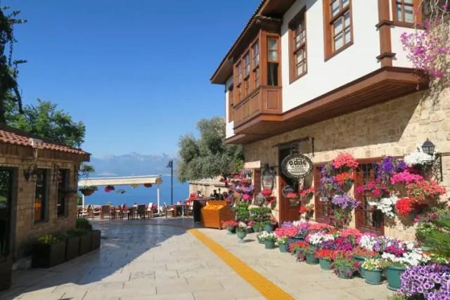Das Hotel Odile befindet sich in einem alten Holz-Steinhaus in Antalyas Altstadt, direkt am Meer.