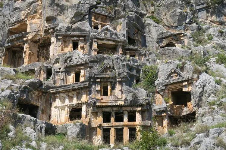 Die Felsengräber von Myra sind in einen steilen Berghang gehauen. Ihre Eingänge schaun wie kleine Tempel aus.