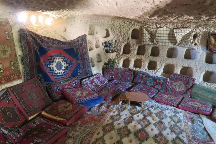 Das Innere des bewohnten Feenkamins und Höhlenhauses Peri Cafe Cave Man in Uchisar, Kappadokien.