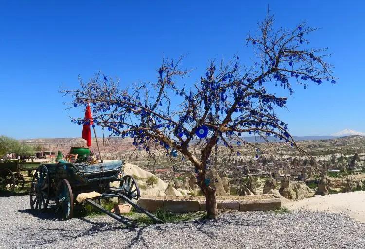 Hunderte Türkische Augen hängen auf einem Baum in Kappadokien, nahe Uchisar.