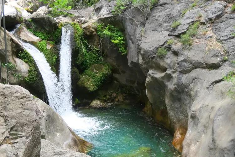 Ein kleiner Wasserfall im Sapadere Canyon mit einem natürlichen Pool darunter, in dem man schwimmen darf.