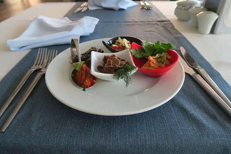Ein Teller mit türkischen Vorspeisen steht auf einem Tisch im Sunprime C Lounge Hotel.