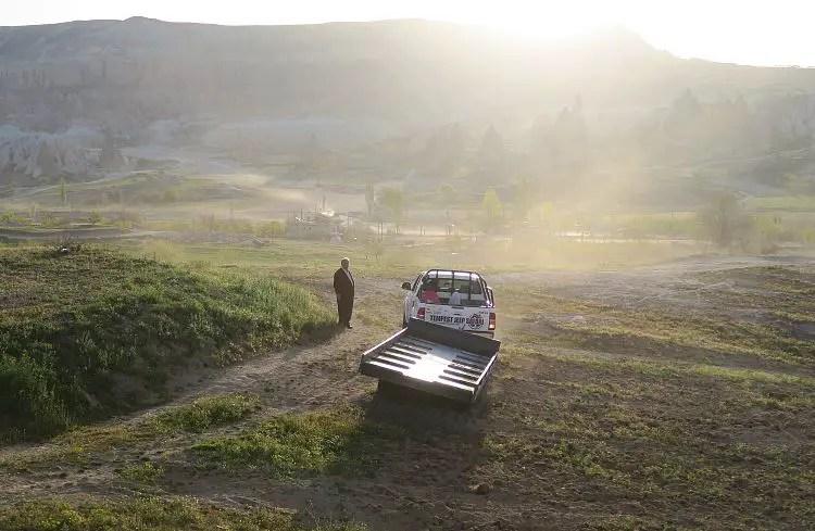 Das Licht der Morgensonne scheint auf Kappadokien kurz vor der Landung.