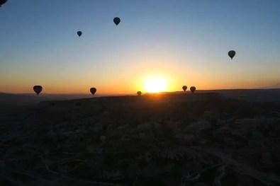 Die Sonne geht hinter einem Berg in Kappadokien auf. Das Bild stammt aus einem Heißluftballon, der 1.000m über Kappadokien schwebt.