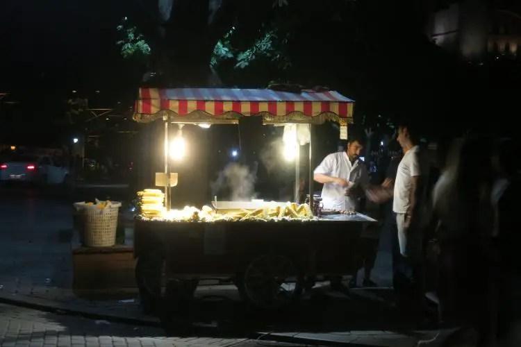 Ein Stand der Maiskolben - Misir - in Istanbul verkauf in der Nacht.
