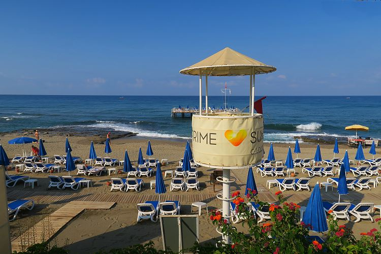 Der Strand des Sunprime C-Lounge Hotel in Alanya.