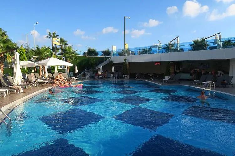 Der Pool und die Poolbar des Sunprime C Lounge Hotel in Alanya