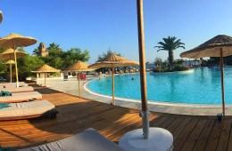 Die Liegen an einem Pool und Sonnenschirme aus Bast im Club Marvy Özdere.