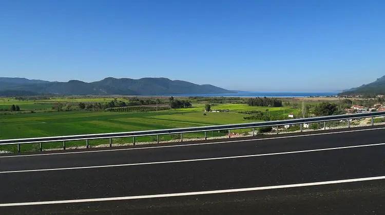 Die Schnellstraße D400 von Fethiye nach Marmarsi, mit Blick auf das Meer.