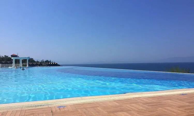 Der Blick vom Beckenrand auf den Infinity Pool und das dahinterliegende Meer.