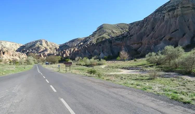 Eine zweispurige Landstraße.