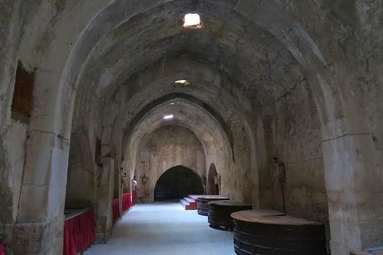 Das Innere der Karawanserei besteht aus mit Bögen gesützten Hallen in denen Tische stehen.