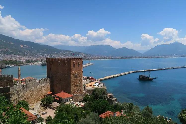 Das Wahrzeichen von Alanya, der Rote Turm am Hafen der Stadt.