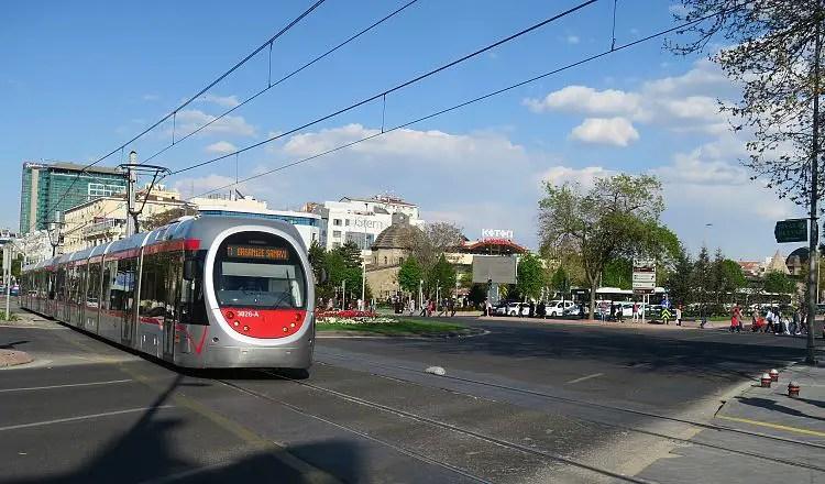 Eine moderne Straßenbahn im Stadtzentrum von Kayseri in der Türkei.