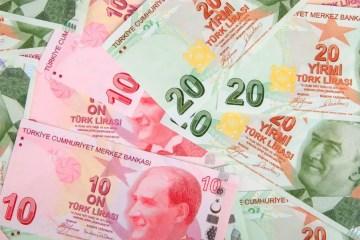 Titelbild: Geld in die Türkei überweisen: So vermeidet Du gebühren. Mit dem Aufschrift und türkischen Geldscheinen.