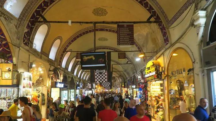 Tausende Menschen laufen an dir in jeder Minute im Großen Basar von Istanbul vorbei!